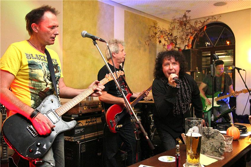 "Die Rolling-Stones-Coverband ""Stoned"" gab sich am Samstagabend in der proppenvollen Horber Bahnhofs-"
